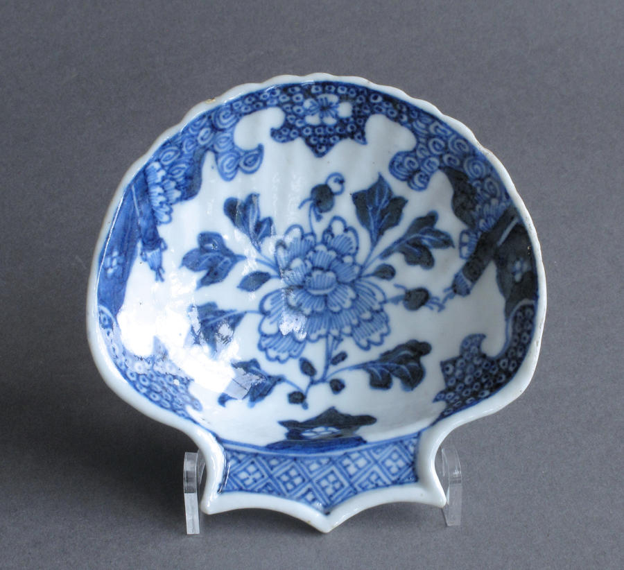 A small Chinese export shell-shaped dish, Qianlong