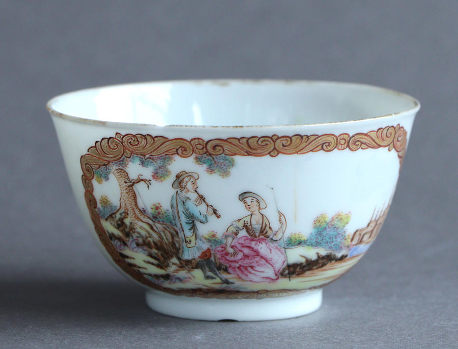 An unusual Chinese tea bowl with European subject, Qianlong