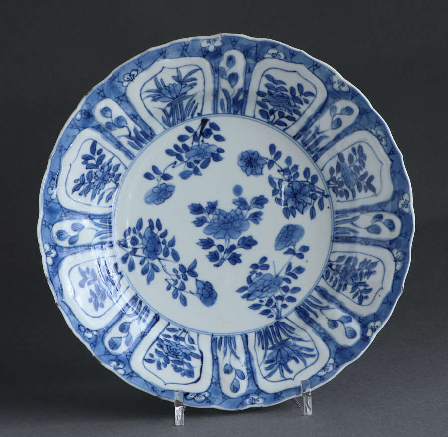 A Chinese underglaze blue plate, unusual mark, Kangxi