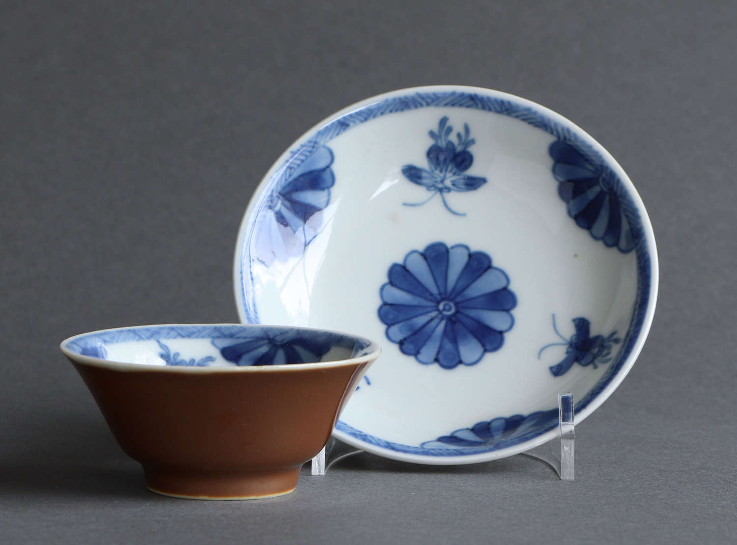 A Chinese export 'Batavian' tea bowl & saucer, Kangxi or Yongzheng